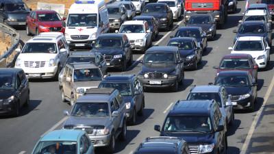 Автомобильное движение на шоссе