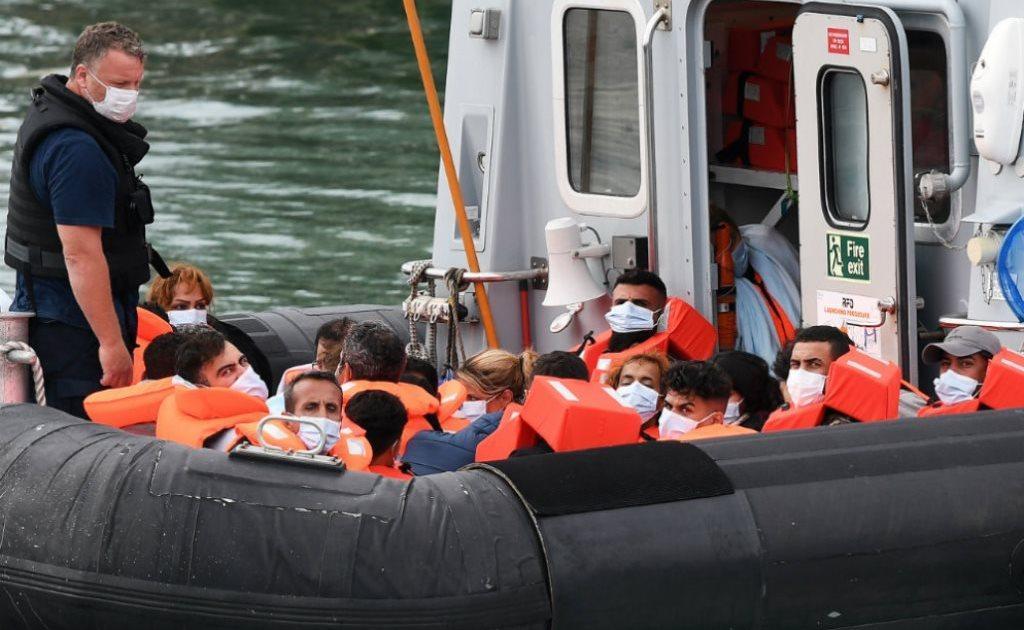 спасатели франции вытащили из ла манша 159 мигрантов