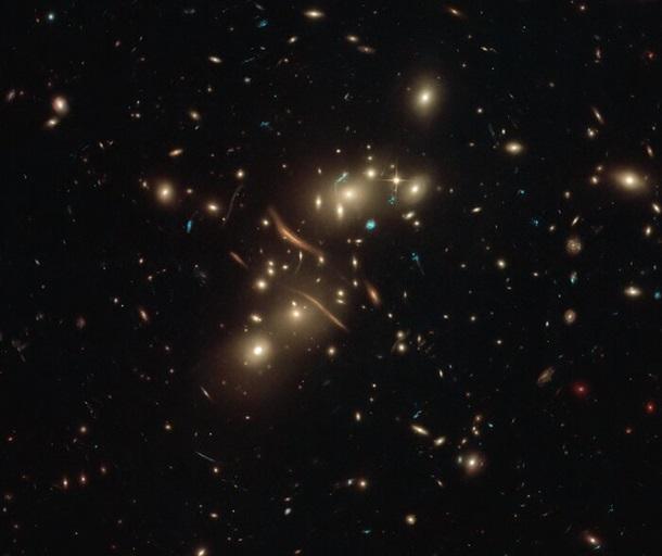 """Телескоп Hubble запечатлел скопление """"кривых"""" галактик"""