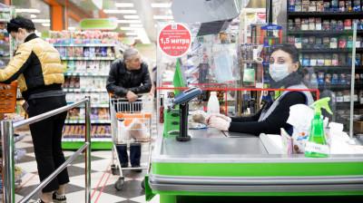 Люди в масках в магазине