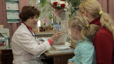 Пациенты на приеме у педиатра в дубненской поликлинике.