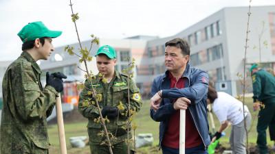 Губернатор совместно со школьниками высадил деревья в Можайском городском округе