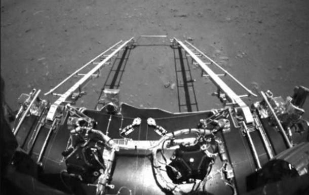 Китайский аппарат Чжужун сошел с платформы на поверхность Марса
