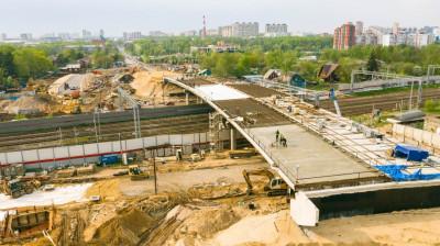 Работы по бетонированию плит проезжей части путепровода начали в Мытищах