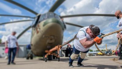Рекордсмен России и мира по силовому экстриму Сергей Агаджанян 24 мая установил мировой рекорд по буксировке вертолета Ми-26