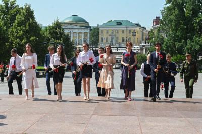 Андрей Воробьев возложил венок и цветы к Могиле Неизвестного Солдата в Александровском саду