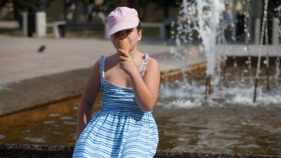 Бутылки с водой бесплатно раздают детям в парках Подмосковья