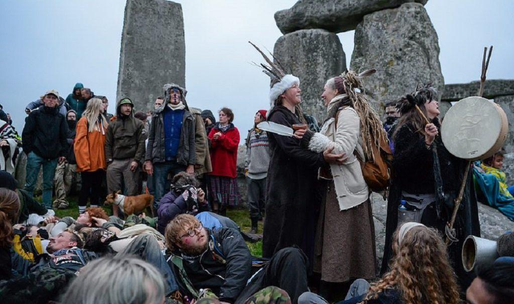 друиды и солнцепоклонники взяли стоунхендж штурмом