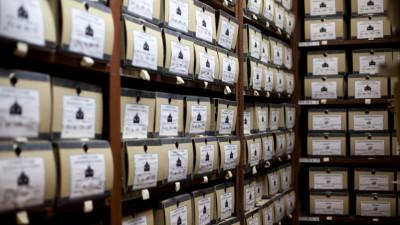 Коробки с документами на полках в архиве
