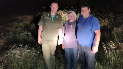 Подмосковные спасатели вывели из леса заблудившуюся пенсионерку