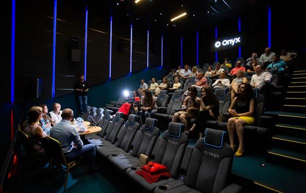 Полное погружение: В Украине открылся второй кинотеатр с уникальным экраном