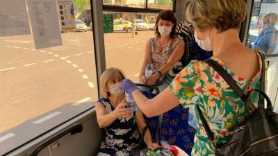Свыше 4 тыс. бутылок с водой раздали в жару на остановках и вокзалах Московской области
