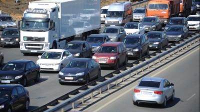 Водителей Подмосковья призвали быть особенно аккуратными на дорогах в жару