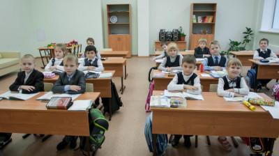 Ученики за партами в начальной школе