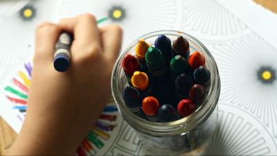Ребенок рисует картинку