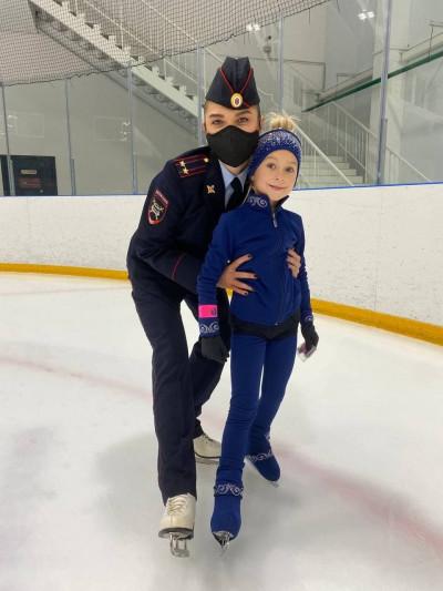 Cотрудники Госавтоинспекции провели акцию «Засветись!» на ледовой арене в Подмосковье