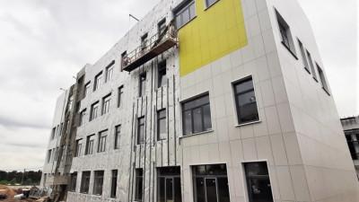 Монтаж фасада в новом корпусе школы начали в Люберцах