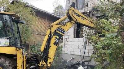 Незаконно построенный хостел начали сносить в Мытищах