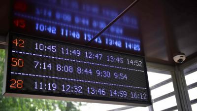 Табло с расписанием и видеокамера на автобусной остановке