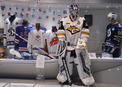 Экипировка хоккейного вратаря Василия Кошечкина стала частью экспозиции Государственного музея спорта