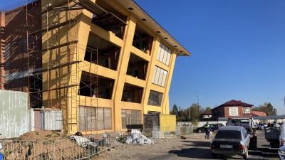 Самовольно построенное здание начали сносить в Истре